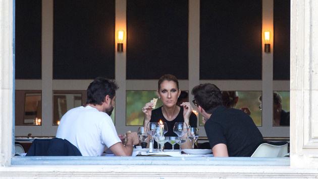 Celine Dion beim Dinner mit ihren zwei männlichen Begleitern. (Bild: www.PPS.at)