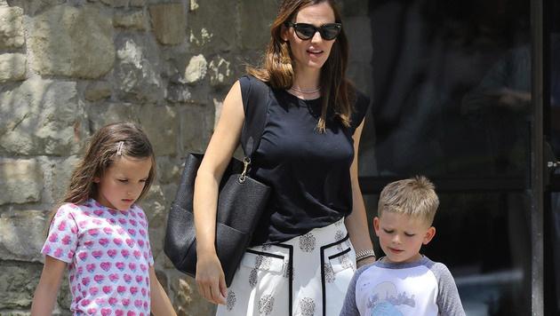 Jennifer Garner mit ihren Kindern nach dem Besuch der Kirche (Bild: www.PPS.at)