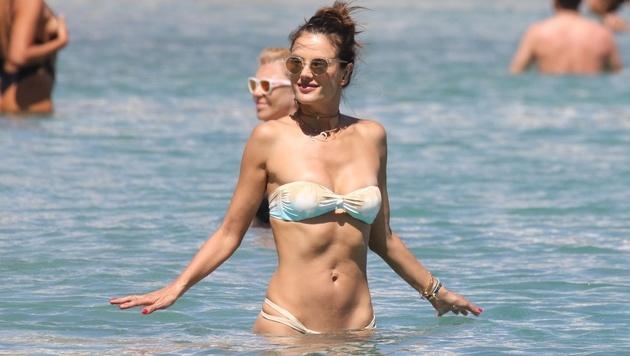Ihren durchtrainierten Bauch zeigt Alessandra Ambrosio am Strand in Mykonos. (Bild: www.PPS.at)