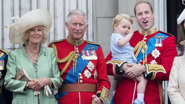 Camilla mit Charles, William und George am Balkon des Buckingham-Palastes (Bild: DPP/face to face)