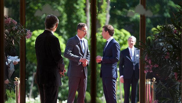 Außenminister Kurz begrüßt seinen ungarischen Kollegen Peter Szijjarto in Mauerbach. (Bild: AFP)