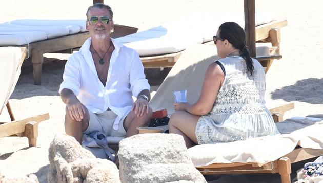 Mit seiner Ehefrau Keely Shay Smith genießt Pierce Brosnan das Dolce Vita in Sardinien. (Bild: Viennareport)