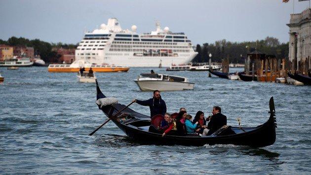 Eine Gondel am Canale Grande in Venedig, im Hintergrund ein Kreuzfahrtschiff (Bild: AFP)