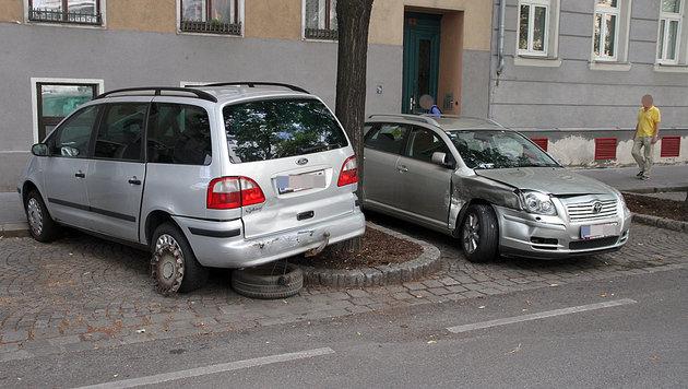 Zwei der insgesamt vier beschädigten Autos (Bild: Andi Schiel)