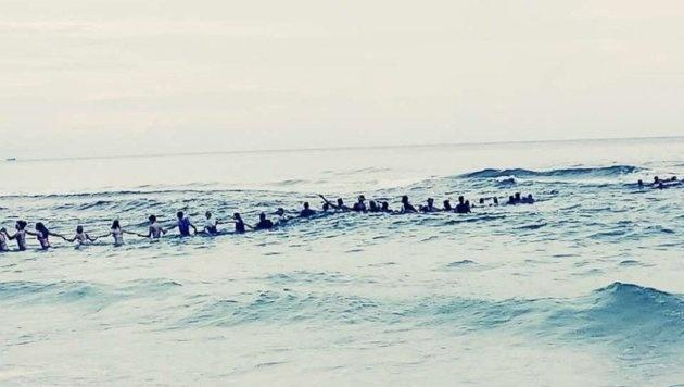 Florida: Menschenkette rettet ertrinkende Familie (Bild: twitter.com/JBarrettNYC)