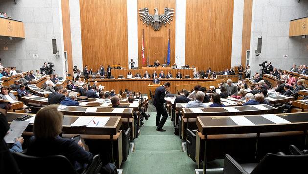 Rekord an Aus- und Übertritten im Nationalrat (Bild: APA/ROLAND SCHLAGER)