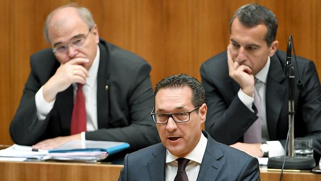 FPÖ-Chef Heinz-Christian Strache, im Hintergrund Justizminister Brandstetter und SPÖ-Chef Kern (Bild: APA/ROLAND SCHLAGER)