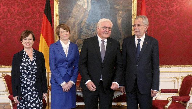 Van der Bellen und Steinmeier gemeinsam mit ihren Ehefrauen Doris Schmidauer und Elke Büdenbender (Bild: AP)
