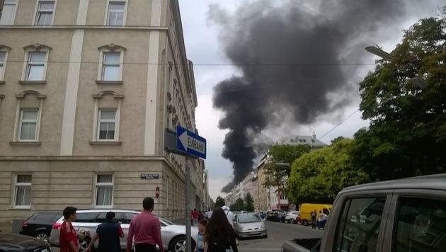 """Wien: Schwarze Rauchsäule zog über Favoriten (Bild: """"Krone""""-Leserreporter Boris Zischkin)"""