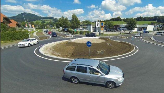 In der runden Mitte noch nicht bepflanzt: Neueste Kreisellösung in Obertrum. (Bild: Neumayr/MMV)