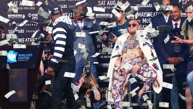 Mayweather bewirft McGregor mit Geldscheinen (Bild: Getty Images)