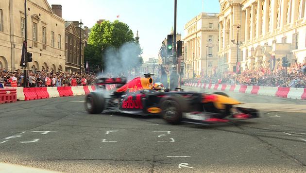 Spektakulär: Formel-1-PS-Show mitten in London (Bild: SID)