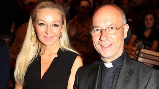 Dompfarrer Toni Faber mit Pfarrköchin Silvia (Bild: KRISTIAN BISSUTI)