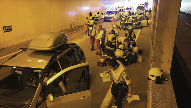 Sieben Verletzte bei Unfall in Kärntner Tunnel (Bild: HFW Villach/KK/www.feuerwehr-villach.at)