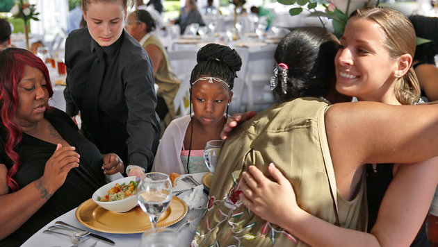Braut spendet geplatztes Festessen an Obdachlose (Bild: AP, krone.at-Grafik)