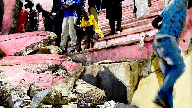 Tote & Verletzte bei Massenpanik in Fußballstadion (Bild: AFP, krone.at-Grafik)