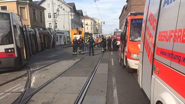 Straßenbahn in Wien entgleist: 5 Menschen verletzt (Bild: Berufsrettung Wien)