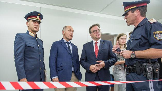 Innenminister Wolfgang Sobotka bei der Besichtigung der Grenze am Brenner (Bild: Land Tirol/Berger)