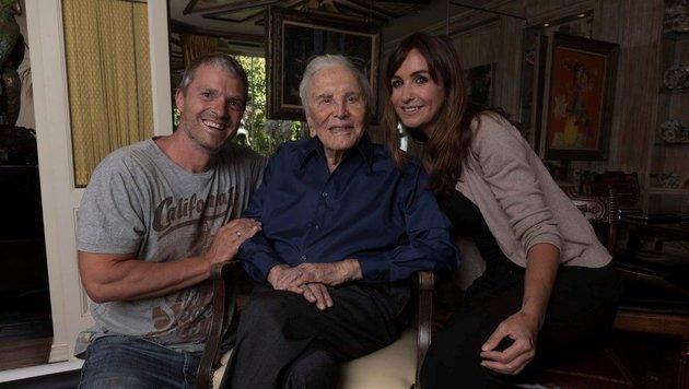 Manfred Baumann mit Kirk Douglas und Ehefrau Nelly (Bild: BAUMANN MANFRED)