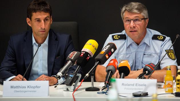 Polizeipräsident Roland Eisele (rechts) bei einer Pressekonferenz zu den Straßenfest-Randalen (Bild: AFP)