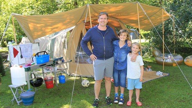 Familie Erzinger aus der Schweiz hat in Obertraun am Hallstätter-See das Zelt aufgeschlagen (Bild: Marion Hörmandinger)