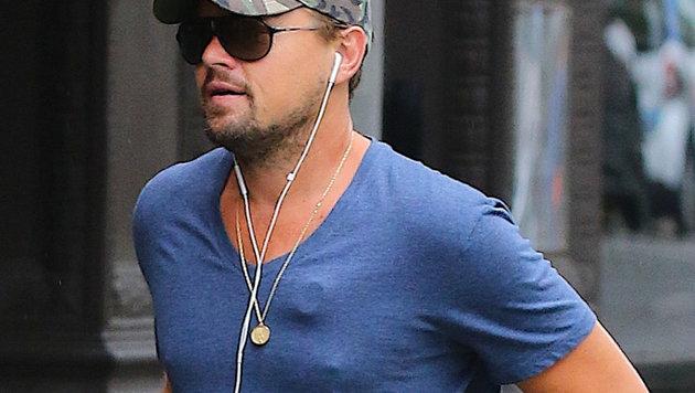 Leonardo DiCaprio hat ein Objekt unter dem Shirt, das sich deutlich abzeichnet. (Bild: www.photopress.at)