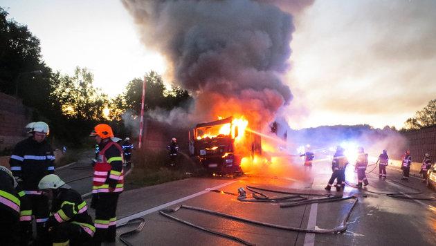 Lkw geriet auf A2 in Brand - 13 Kilometer Stau (Bild: APA/FF NESTELBACH BEI GRAZ)