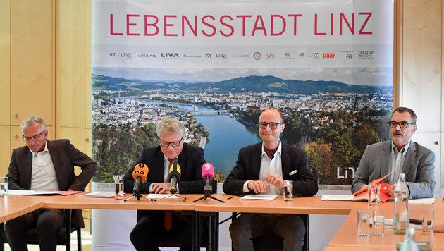 Erwin Fuchs, Klaus Luger, Detlef Wimmer und Bezirksverwaltungsdirektor Robert Huber sind sich einig (Bild: © Harald Dostal / 2017)