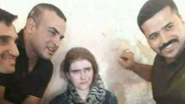Irakische Soldaten posieren mit der jungen Frau. (Bild: Screenshot Twitter)