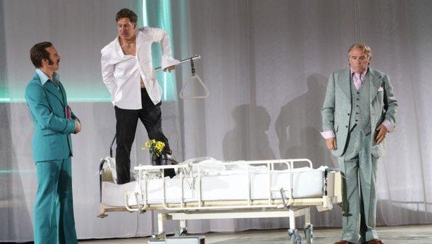 Am Krankenbett mit den Vettern: Moretti, Stephan Kreiss und Hannes Flaschberger. (Bild: Franz Neumayr)