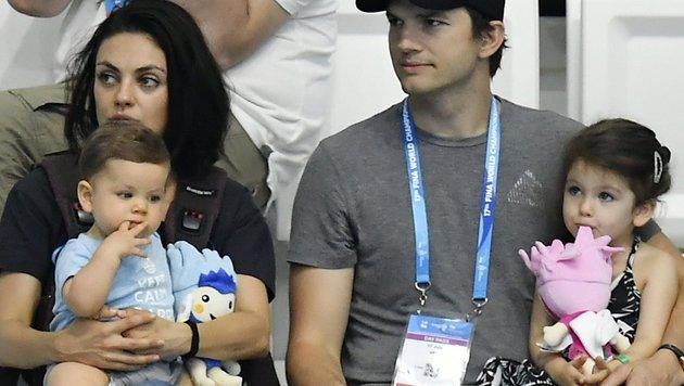 Mila Kunis und Ashton Kutcher mit Sohn Dimitri und Tochter Wyatt (Bild: AP)