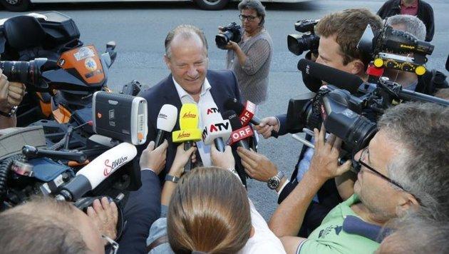 Der Strategieberater Erwin Roth im Mittelpunkt des Medieninteresses. (Bild: Markus Tschepp)