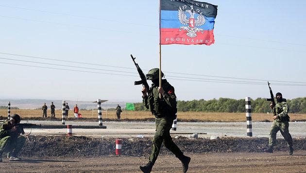 Ein prorussischer Separatist mit einer sogenannten Neurussland-Flagge (Bild: AFP)