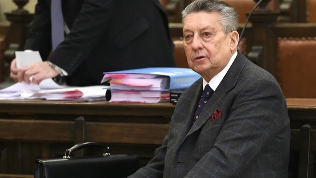 Elsner bei einer Verhandlung um die Herausgabe seiner Pensionsabfindung im Jahr 2015 (Bild: APA/HELMUT FOHRINGER)