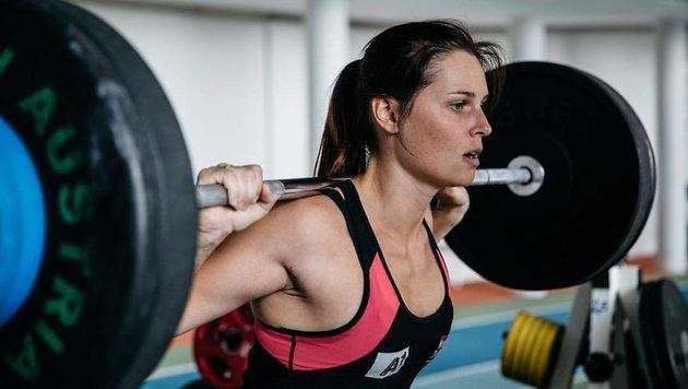 Training in der Kraftkammer: Ski-Star Anna Veith gibt auch im Sommer Vollgas. (Bild: facebook.com)