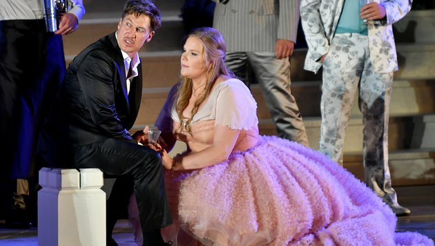 """Koffer als """"Guter Gesell"""", Tobias Moretti als """"Jedermann"""" und Stefanie Reinsperger als """"Buhlschaft"""" (Bild: APA/BARBARA GINDL)"""