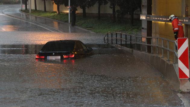 In Grieskirchen verank dieser BMW in einer überfluteten Unterführung. Die Feuerwehr barg den Lenker. (Bild: laumat.at / Matthias Lauber)