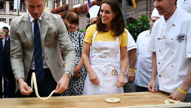 Kate stellt sich beim Brezelformen geschickter an als ihr Ehemann. (Bild: AFP or licensors)