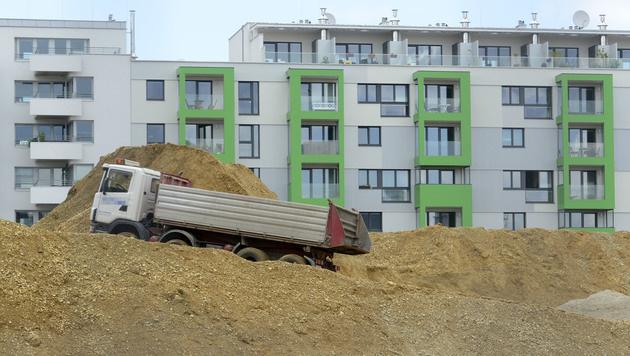 Wohnbauoffensive der Regierung steckt fest (Bild: APA/HELMUT FOHRINGER)