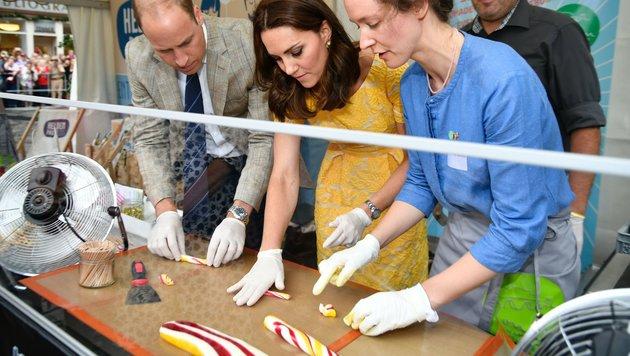 Auch Zuckerstangen mussten William und Kate formen (Bild: AFP)