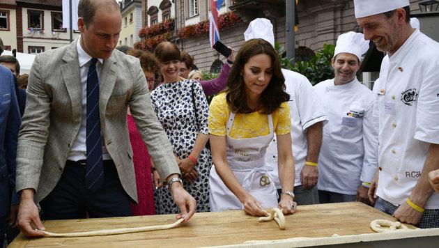 William und Kater versuchen sich als Brezelbäcker. (Bild: AP)