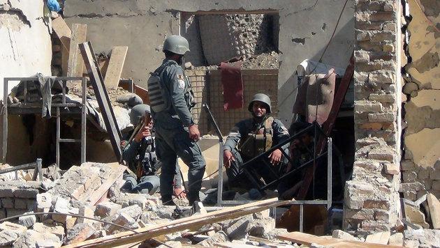 Die Kämpfe in Afghanistan halten weiterhin an. (Bild: AFP (Archivbild))