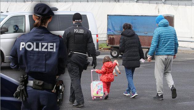 """Seehofer gesteht: Abschiebungen unmöglich (Bild: dpa, """"Krone"""", kone.at-Grafik (Symbolbild))"""