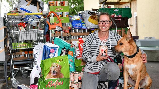 Freuen sich über Futterspenden: Tierpflegerin Daniela und Hund Sam (Bild: © Harald Dostal / 2017)