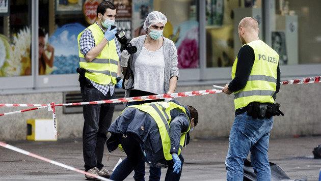Spurensicherung vor dem Supermarkt in Hamburg (Bild: AP)