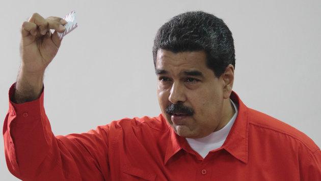 Präsident Maduro mit seinem Stimmzettel (Bild: AFP)