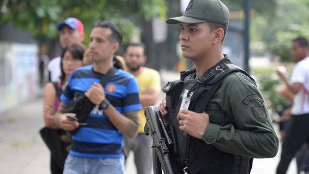 Ein vor einem Wahllokal in Caracas postierter Soldat (Bild: AFP)