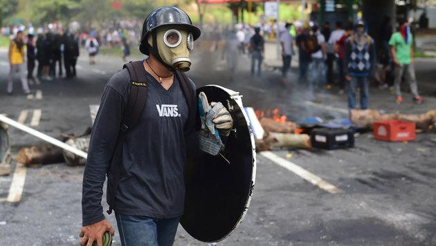 Die Opposition rief zum Boykott der Wahl auf, auch am Sonntag brannten Barrikaden Caracas. (Bild: AFP)