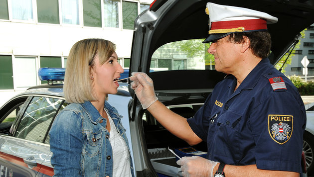 Der Drogenvortester funktioniert mit einer Speichelprobe, die auf Suchtgift ausgewertet wird. (Bild: Franz Crepaz)