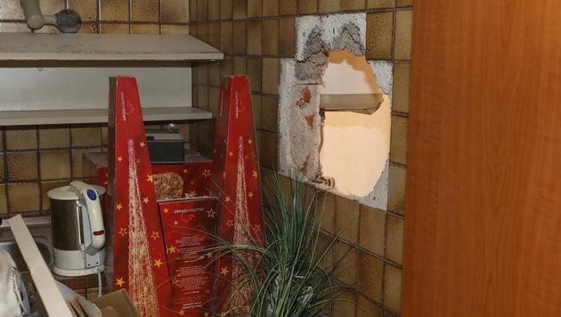 Die Einbrecher stemmten ein Loch in die Wand und gelangten so in das Geschäft. (Bild: laumat.at / Matthias Lauber)